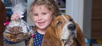 Imprenditrice a soli 6 anni: vende biscotti per cani