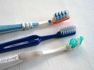 Che spazzolino bisogna usare per lavarsi i denti?