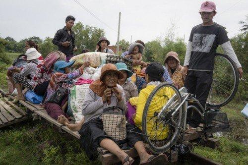 Viaggiare su treni fatti in bambù: succede in Cambogia